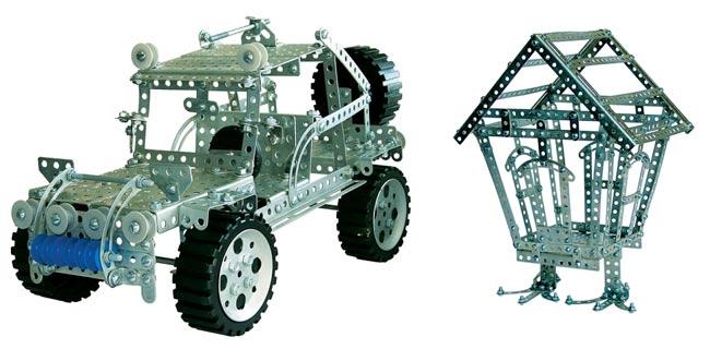 Модели внедорожника и избушки, собранные из современных российских конструкторов
